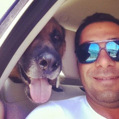 """SERKAN BALBAL Ünlü oyuncu Serkan Balbal tatile çıkarken yanına aldığı köpeğini """"İşte benim tatil arkadaşım"""" notuyla tatilcileiyle paylaştı."""