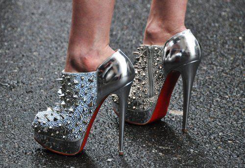 Zımba detaylı gümüş renkte ayakkabı