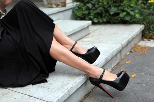Bilekten bağlamalı siyah rugan ayakkabı