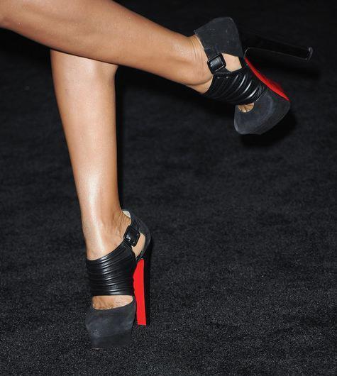 Deri detaylı siyah topuklu ayakkabı