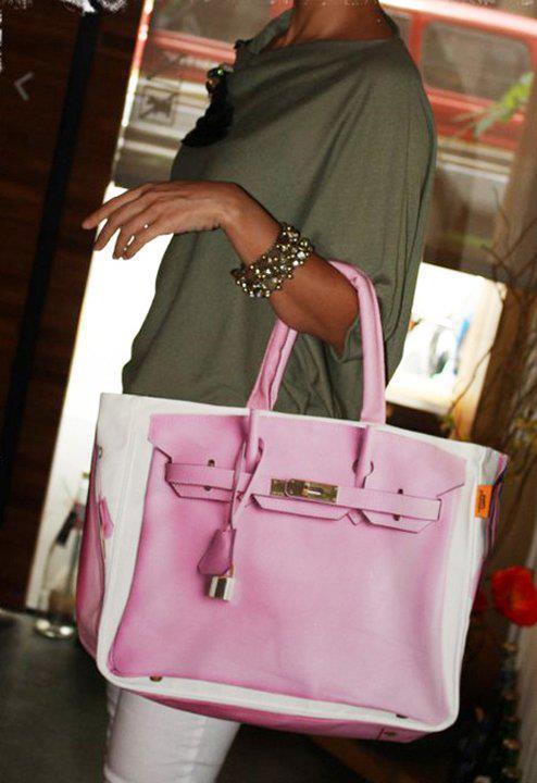 Pembeli beyazlı çanta