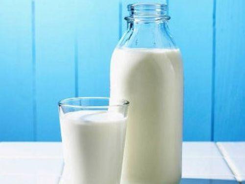 2. Süt ürünlerini fazla tüketmek   Süt ürünleri çoğunlukla kötü sindirildiklerinden Ramazan'da ağız kokusu problemlerine neden olabilir. Yumurta ve peynir gibi besinler ağız kokusunu artırır. Tuzlu suyla ağzı çalkalamak, yeşil çay, her türlü çerez (ceviz, fıstık vb.), su içeriği bol sebzeler (domates, kereviz, pırasa) ve meyvelerden özellikle elma, ağız kokusunu engelleyici özellikleri nedeniyle tüketilmelidir.