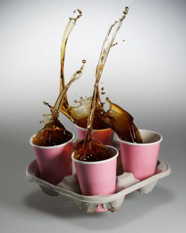 7. Çay, kahve ve kola tüketimi   İftar ve sahurda bol miktarda su içilmesi, kafeinli içeceklerden kaçınılması ağız hijyeni açısından çok önemlidir. Çünkü Ramazan'da çay, kahve, kola gibi içeceklerin tüketimi, vücuttaki su kaybını artırır, ağızda kuruluğa neden olur. Ağız kuruması ve tükürük salgılanamaması da ağız kokusuna yol açar. Asitli içecek tüketimi sınırlandırılmalı veya arkasından ağız suyla çalkalanmalı. Ramazan'da asitli içecek tüketimi sınırlandırılmalı, içildikten sonra da ağız suyla çalkalanmalıdır.
