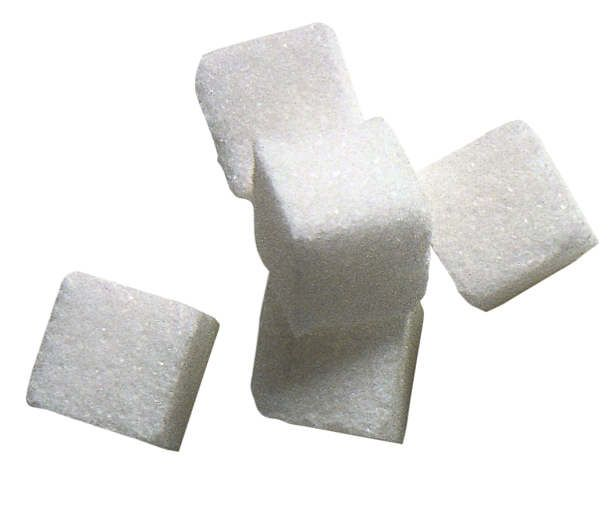3. Şeker ve baharatlı gıdalar yemek    Ramazan boyunca şekerli, yağlı ve baharatlı gıdaların tüketimi minimuma indirilmelidir. Çünkü bu besinler, terleme ve nefes yoluyla dışarı atıldığından, kötü ağız kokusu sebebidir. Kek, bisküvi, çikolata çok fazla yağ, şeker ve beyaz un içeren tatlı ve gıdalardan (rafine karbonhidrat) kaçınılmalıdır. Bu tür gıdaların tüketimi, gün içi ağız ve diş bakımı yapılamayacağından, dişlerde çürüğe neden olur.