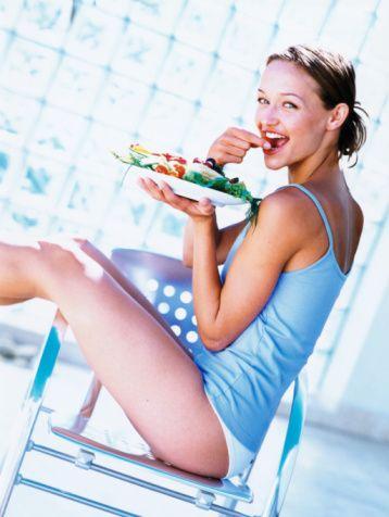 4. Bilinçsiz diyet ve zayıflama ilaçları   Ramazan'ın diyet mevsiminde yaşanması ve oruç tutarken de düşük karbonhidratlarla yapılan diyetler, kötü nefes kokusuna neden olur. Vücut diyette enerji kaynağı olarak keton cismi üretir ve kullanır. Keton nefesle dışarı atılır ve kötü bir kokuya neden olur. Diyette vücudun ihtiyaç duyduğu vitamin ve mineraller de eksik alınır. Özellikle; folik asit, B vitamini, C vitamini, protein ve kalsiyumun diş ve diş eti sağlığı için önemi bilinmeli, bilinçsiz diyetlerden uzak durulmalıdır. Zayıflatıcı ilaçlar da ağızdaki tükürük miktarını azalttığı için ağız kuruluğu ve ağız kokusuna neden olur.