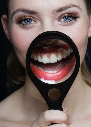 10. Sahurdan sonra dişleri fırçalamamak   Sahurdan sonra dişlerin fırçalanması, gün boyu ağız sağlığını korumak açısından çok önemlidir. Sahurda dişlerin fırçalanmaması, bakterilerin ağızda kolayca üremesine ve asitlenme ile birlikte çürük oluşumuna neden olur. Gün boyu ağız kokusuna neden olabilecek bu durumdan, sahurdan sonra dişlerin fırçalanması ve alkolsüz ağız gargarası kullanımı ile kurtulmak mümkündür. Diş ipi de yardımcı ürün olarak oldukça etkin bir temizlik sağlar.