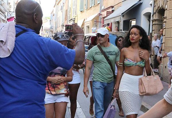St. Tropez'de tatil yapan Rihanna, alışverişe tasarım bir çantayla kombinlediği bikinisiyle çıktı.