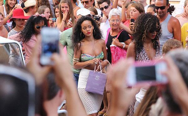 Tekneden indiği gibi kendisini mağazalara atan Rihanna'ya, iki arkadaşıyla bol bol hayranı eşlik etti.