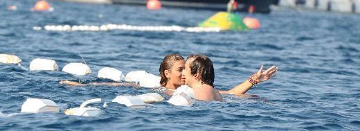 Ebru Şancı ile Ahmet Kutalmış Türkeş, uzun süre yüzüp denizde şakalaştı.