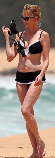 Hawai'de tatil yapan 54 yaşındaki Griffith herkese inat bikinisiyle kumsalda 'salındı'.