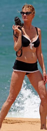 üstelik de ünlü oyuncu Lolita bikinisi denilen ve genellikle genç kızların tercih ettiği fırfırlı bikini giymişti.