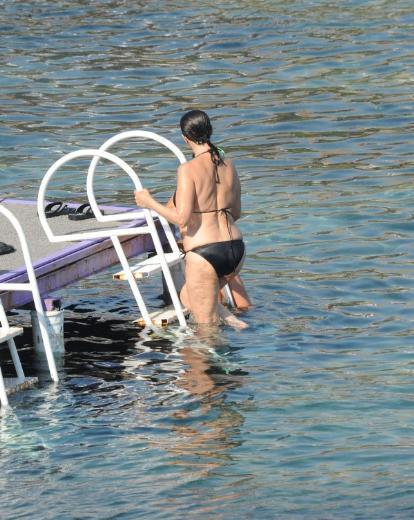Yarı yaşındaki bir çok kişinin bile saklana saklana denize girdiği sahillerde Çehre göğsünü gere gere tatilin keyfini çıkardı.
