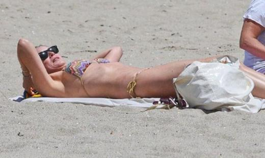 Sharon Stone da geçen ay bikinisiyle objektiflere takılmıştı.