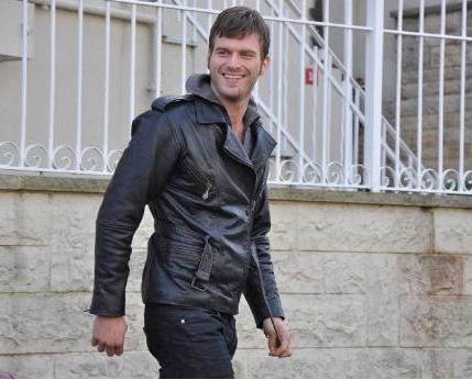 Türkiye'de TV ekranlarının en çok kazanan aktörlerinden biri Kıvanç Tatlıtuğ.   Her geçen yıl geliştirdiği oyunculuğuyla dikkat çeken Tatlıtuğ, önceki sezon Aşk-ı Memnu'da bölüm başına 30 Bin TL alıyordu. Bu sezon ise ücretine zam yaptı.