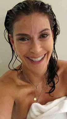 Teri Hatcher, duştan çıktığında çektiği makyajsız fotoğrafını hayranlarıyla paylaştı.
