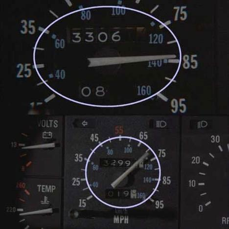 Back to the Future (Geleceğe Dönüş)   Göstergenin değişmesi Marty'nin Libya'lılar tarafından kovalandığı sahnede, kamera birkaç kez arabanın içini gösteriyor. İlk sahnede göstergeler 33064,2 ve 88.8 mili göstermektedir. İkinci sahnede ise göstergeler geriye giderek 33061,8 ve 86,4 mili göstermektedir.
