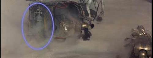 Gladiator (Gladyatör)  At arabasındaki tüp Colosseum'daki savaş sırasında yan yatan at arabalarından birinin altındaki gaz tüpünü görmek mümkün...
