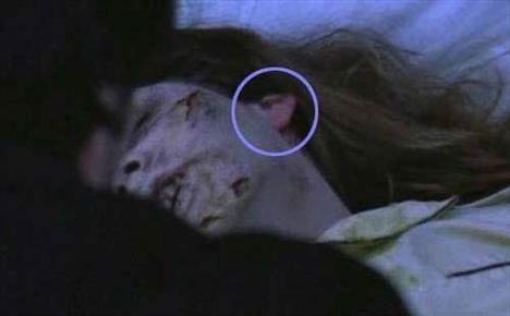 The Exorcist (Şeytan)   Makyajsız kulaklar Peder Karras'ın Regan'ın üzerine kutsal suyu döktüğü sahnede, Regan'ın kulak memesinin makyajsız olduğu açıkça görünür.