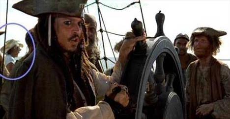 Pirates of the Caribbean: The Curse of the Black Pearl (Karayip Korsanları: Siyah İncinin Laneti)   Ekip çalışanlarının görünmesi Jack Sparrow'un mürettebatıyla konuşma yaptığı bir sahnede, görüntünün sol kısmına, Jack'in omuzunun üzerine baktığımızda kovboy şapkalı, tişörtlü ve güneş gözlüklü bir ekip çalışanının gemide gezindiğini görüyoruz.