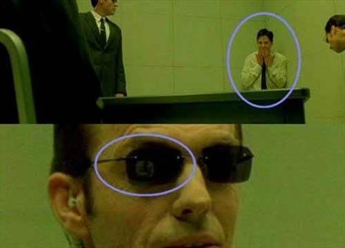 The Matrix   Neo'nun ışınlanması Ajan Smith'in Neo'yu sorguladığı bölümde, Smith Neo'nun lafını kesip köşeye doğru ittikten sonra kamera ajan Smith'in suratına yakın çekim yapıyor ve normalde köşede ve ayakta olan Neo'nun ajan Smith'in gözlüğündeki yansımada sandalyede oturduğunu görüyoruz.
