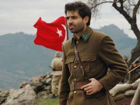 Cansel Elçin, Fransa'dan Türkiye'ye geldiğinde Kırık Kanatlar dizisinde rol almıştı.