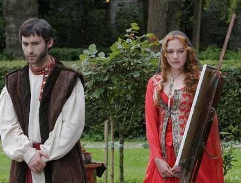 Güzel oyuncunun dizideki rol arkadaşı Seçkin Özdemir Muhteşem Yüzyıl'daki kısa rolüyle dikkat çekti.