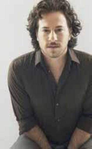 Büyük Buluşma ile başladığı dizi oyunculuğunu Beşinci Boyut Hakkını Helal Et gibi yapımlarda sürdürdü.
