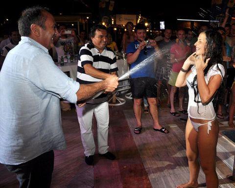 Antalya'nın Kemer İlçesi'ndeki turistik tesisler, turistlerin eğlenmeleri ve bunaltan sıcağın etkisinden biraz olsun kurtulmaları için birbirinden farklı eğlence ve ilgi çekici yarışmalar düzenliyor.