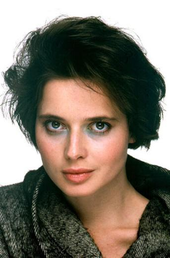 Mankenliği ve oyunculuğu birlikte Isabella Rossellini, yüz hatlarından da anlaşılacağı üzere beyazperdenin güzellik ikonlarından birinin Ingrid Bergman'ın kızı. Babası ise ünlü yönetmen Roberto Rossellini.