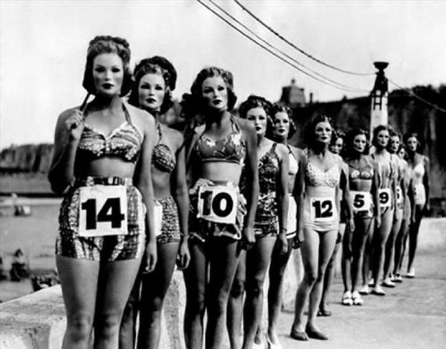 1950'li yıllara ait bu fotoğrafta güzellik yarışmasına katılan adaylar yüzlerinden tanınarak jüriyi etkilememek için maskeyle poz verirken görülüyor. En güzel silüete sahip adayın kazanacağı yarışmanın fotoğrafları ve o yıllardaki moda dünyasını yansıtan kareler hem şaşırtıyor hem gülümsetiyor...