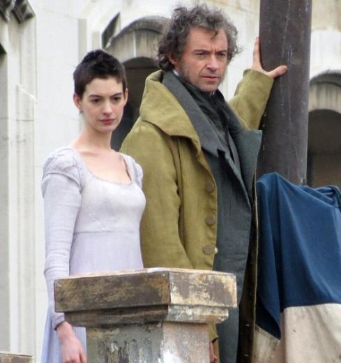 Şeytan Marka Giyer filmiyle yıldızı parlayan Anne Hathaway yeni filmi Sefiller için uzun ve gür saçlarından vazgeçti... Sadece bununla da sınırlı kalmadı. Günde sadece 500 kalori alarak şöhretinin bir bölümünü borçlu olduğu kıvrımlarını da kaybetti.
