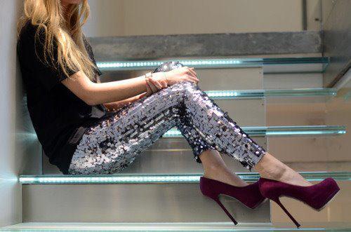 Siyah tişört, payetli tayt ve kadife platform ayakkabılarla oluşan bu kombin güzel bir görüntü oluşturuyor.