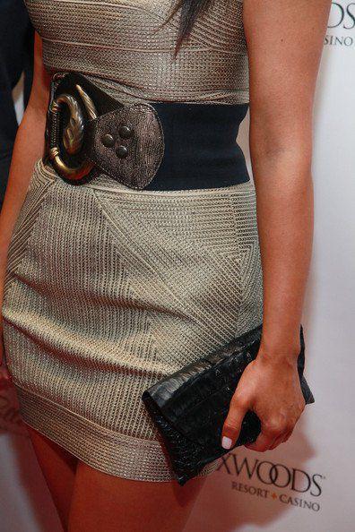 Düz ve şık olan bu elbiseyi dikkat çekici bir kemer ve siyah portföy çantayla kombinleyebilirsiniz.