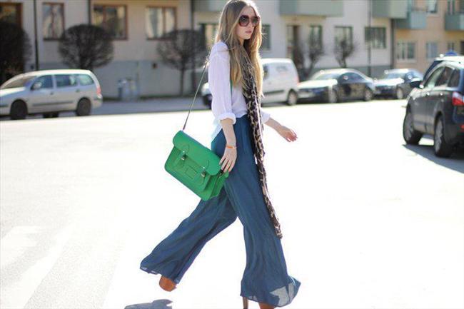 Üfül üfül mavi renkteki bol paça pantolonun üstüne giyeceğiniz beyaz salaş gömleği renkli bir çantayla kombinleyebilirsiniz.