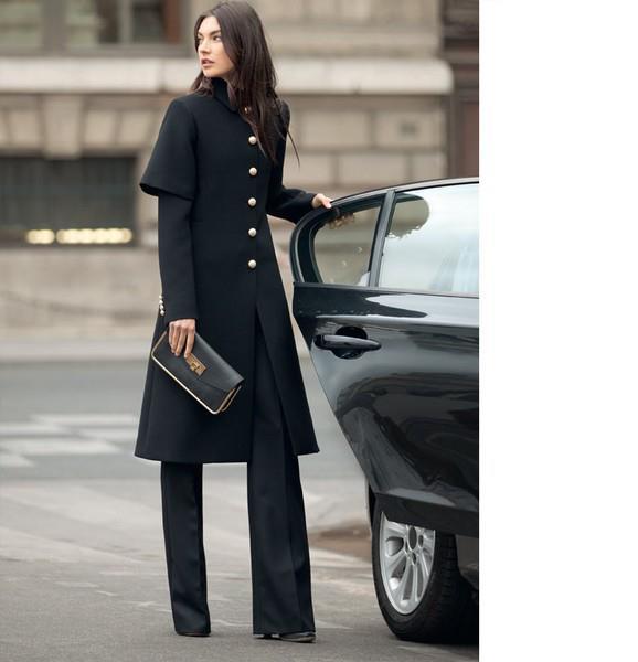 Siyah kumaş pantolonun üzerine giyeceğiniz siyah yarım kol paltonuzu koyu renk küçük çantayla kombinleyebilirsiniz.