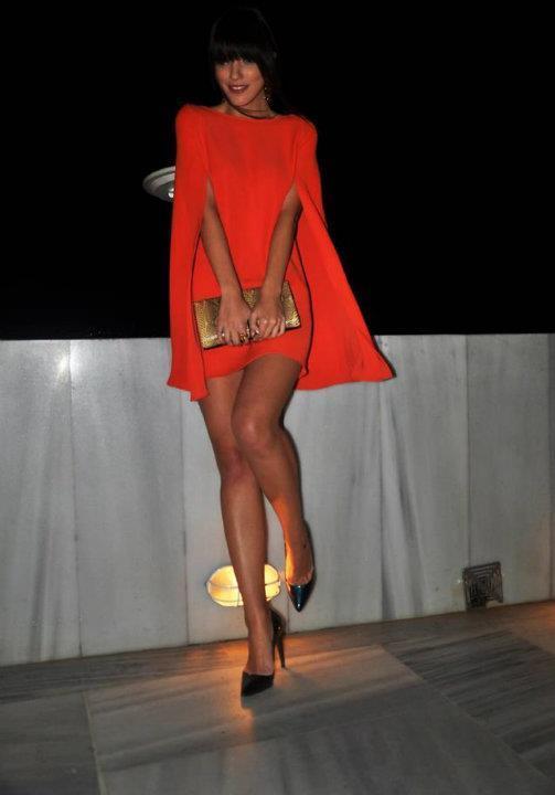 Turuncu renkteki panço tarzı bu mini elbiseyi sivri burun siyah ayakkabınızla kombinleyebilirsiniz.