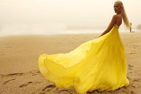 Üfül üfül sarı renkteki sarı elbiseyi, açık renkte bir babet ile kombinleyebilirsiniz.