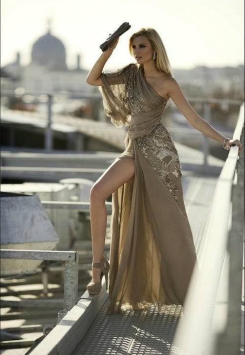 Asimetrik modeldeki bu dore renkteki elbiseyi pullu yüksek taban bir ayakkabıyla kombinleyebilirsiniz.