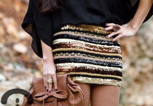 Pullu ve desenli bu mini eteği küçük kahverengi bir çantayla kullanabilirsiniz.