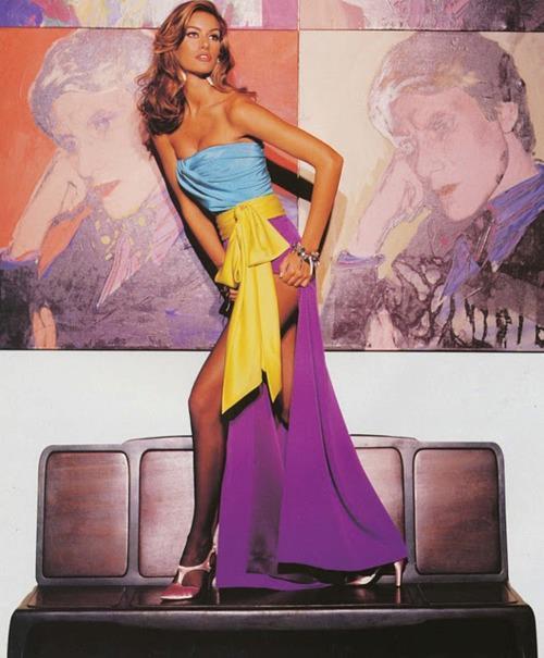 Üzerinde iç rengi barındıran bu rengarenk elbiseyi sivri burun bir ayakkabıyla kombinleyebilirsiniz.