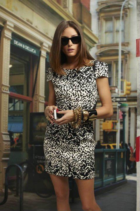 Zebra desenli mini elbiseyi koyu renkli aksesuarlarınızla kombinleyebilirsiniz
