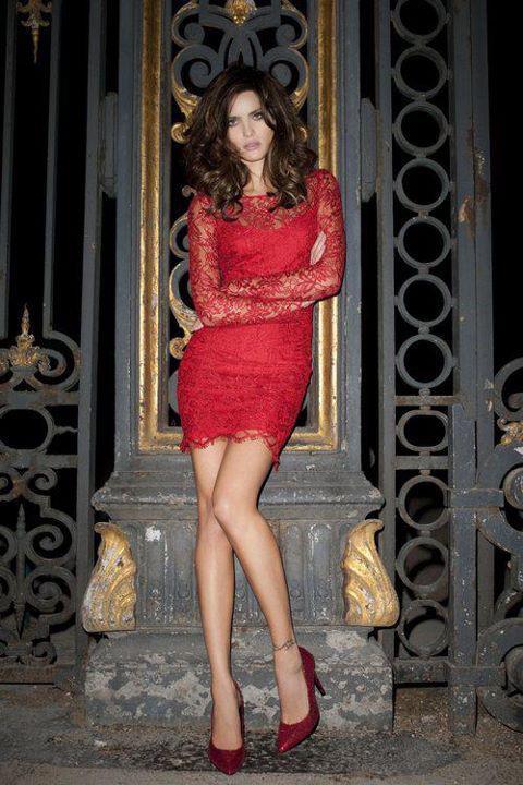 Dantel motifli kırmızı mini elbiseyi simli kırmızı renkteki ayakkabılarınızla kombinleyebilirsiniz.