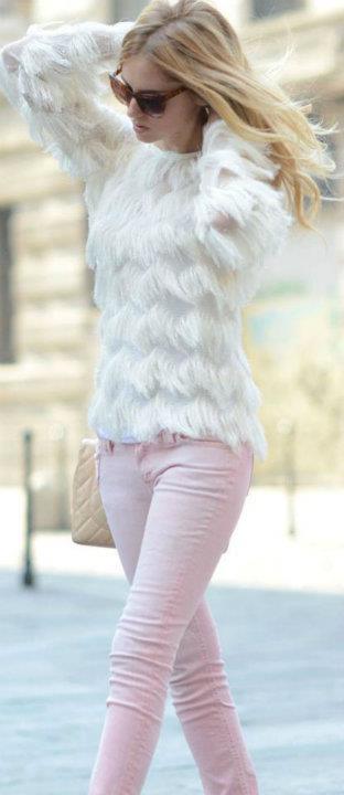 Pudra renkteki pantolonuzu beyaz tüylü kazağınızla kombinleyebilirsiniz.