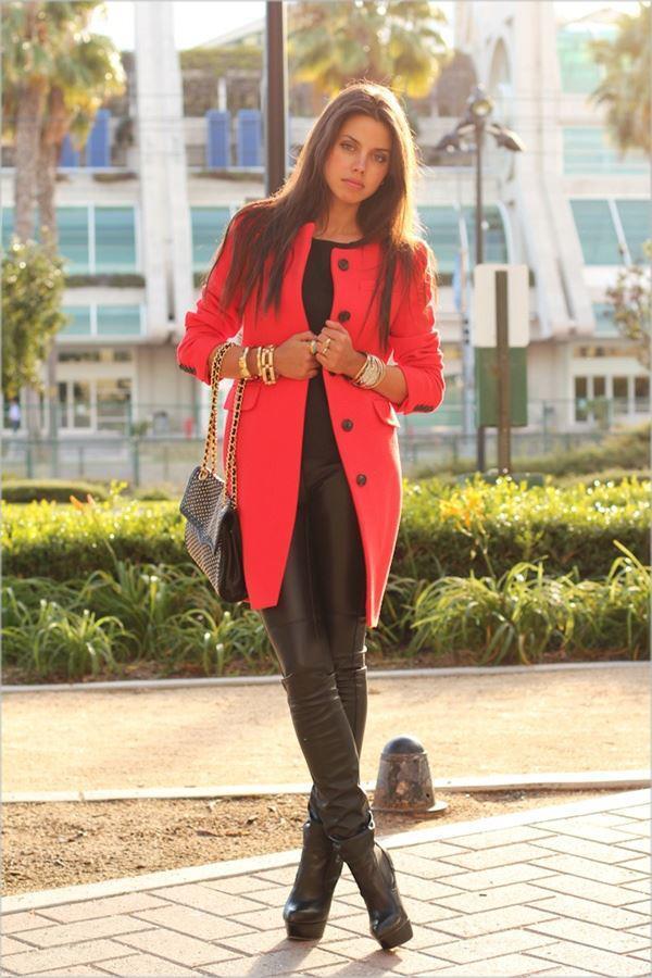 Kırmızı palto ve siyah deri taytınız mükemmel bir ikili olacaktır.