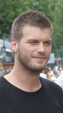 Geçen sezon Ezel dizisinde konuk oyuncu olarak yer aldı. Şimdi Kuzey- Güney dizisinde başrol oynuyor.