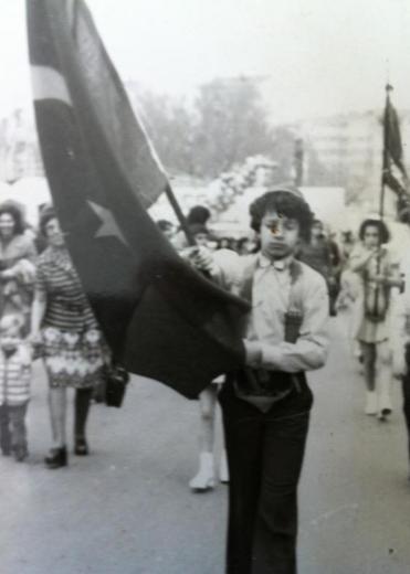 Yıllar önce bir 23 Nisan'da bayrak taşıyan ünlü aktörü tanıdınız mı..