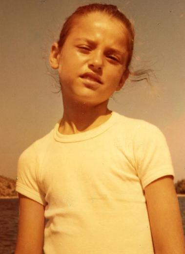 İlk okul çağına geldiğinde yüz hatları daha da belirginleşen küçük kız Ece Uslu.