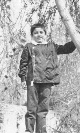 Bu siyah önlüklü çocuk bugün Türkiye'nin en yakışıklı aktörlerinden biri.