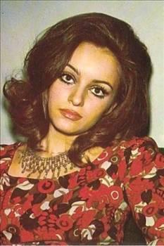 """1970 yılında Sinema Yüz Güzeli seçilen Arzu Okay, sinemaya ilk olarak Ayhan Işık ile başrolünü paylaştığı """"Ölünceye kadar"""" adlı film ile adım attı. 70'lerin seks furyası döneminde vamp kadın olarak adını duyurdu."""