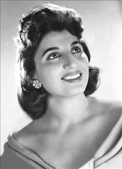 """Sezer Sezin, 1927 yılında İstanbul'da doğdu. Bir süre revü yıldızı ve oyuncu olarak sahneye çıktı. """"Vurun Kahpeye"""" adlı filmle 1949 yılında sinemaya geçti. 1960'lı yıllara kadar sinema sektöründe görev aldı.   1960 yılında Metin Erksan'ın yönettiği Şoför Nebahat filminde canlandırdığı erkeksi karakterle özdeşleşti. Hatta kendisine uzun süre boyunca ismi yerine """"Şoför Nebahat"""" olarak hitap edildi."""